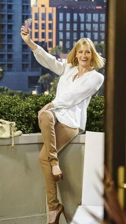 Genießt ihren Aufenthalt in Los Angeles: Caroline (Beth Behrs) ... - Bildquelle: 2016 Warner Brothers
