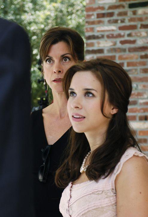 Barbara (Wendie Malick, l.) und ihre Tochter Olivia (Lacey Chabert, r.)  können nicht glauben, dass ausgerechnet sie sich um die kleine Celia kümmer... - Bildquelle: ABC Family