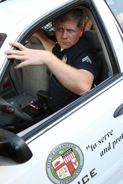 Während sein Kollege zu Fuß hinter einem Verdächtigen her ist, versucht Officer John Cooper (Michael Cudlitz) sein Glück mit dem Einsatzwagen ... - Bildquelle: Warner Brothers