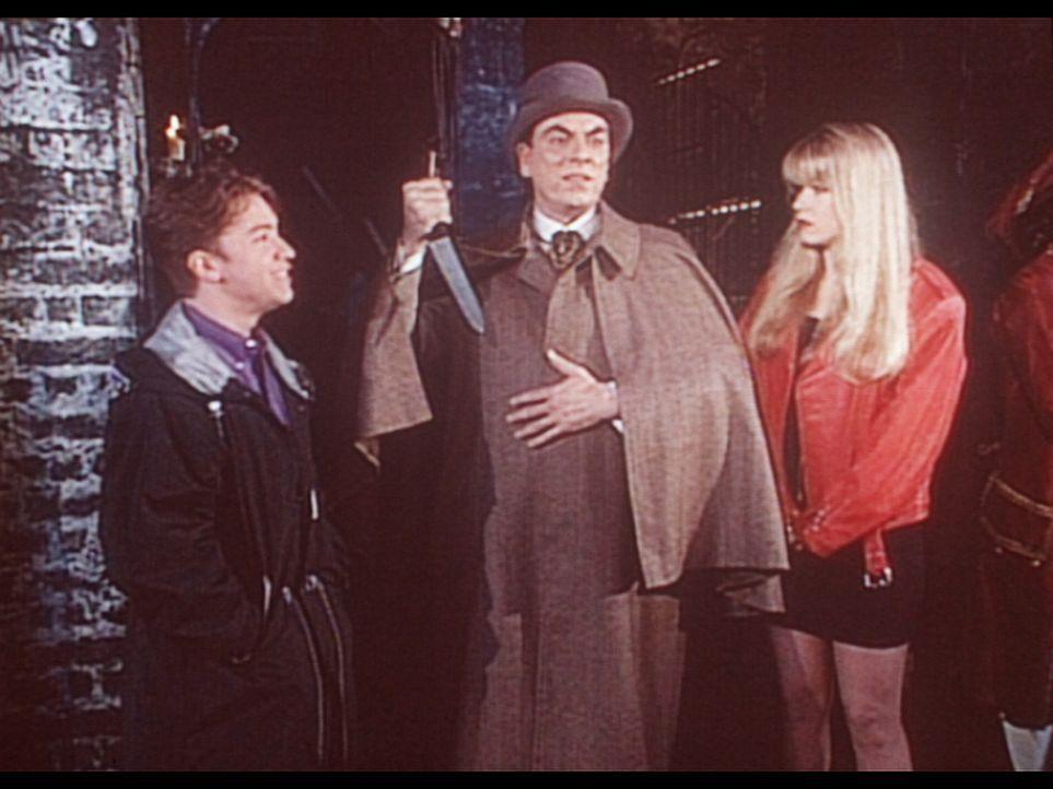 Kelly (Christina Applegate, r.) und Bud (David Faustino, l.) ahnen nicht, dass sie keine Wachspuppe, sondern den Mörder Trevor (Alun Armstrong, M.)... - Bildquelle: Columbia Pictures