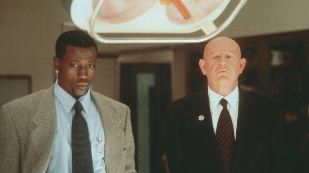 Detective Harlan Regis (Wesley Snipes, l.) glaubt, von Spikings (Daniel Benza...