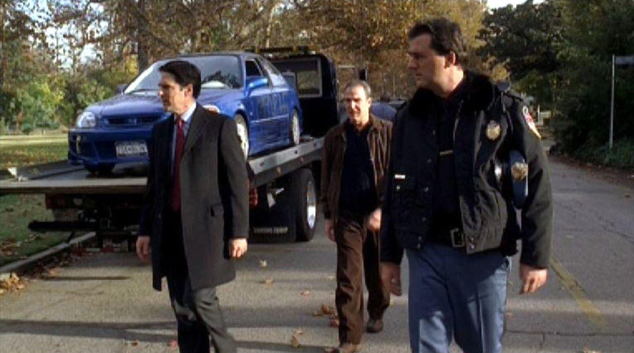 Die Special Agents Jason Gideon (Mandy Patinkin, Mitte) und Aaron 'Hotch' Hotchner (Thomas Gibson, l.) ermitteln zusammen mit Officer Cale (Shaun O'... - Bildquelle: Touchstone Television