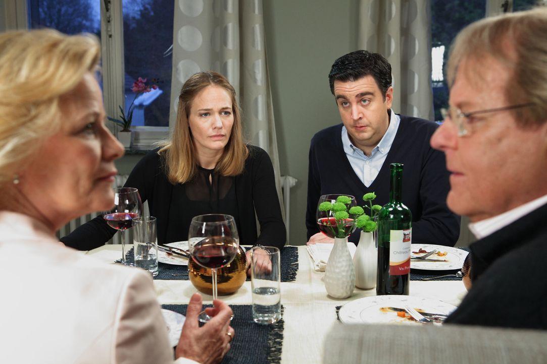 Ein Abendessen mit einer bösen Überraschung: Bastian (Bastian Pastewka, 2.v.r.), Anne (Sonsee Neu, 2.v.l.), Karin (Claudia Rieschel, l.) und Klaus (... - Bildquelle: Frank W. Hempel SAT.1