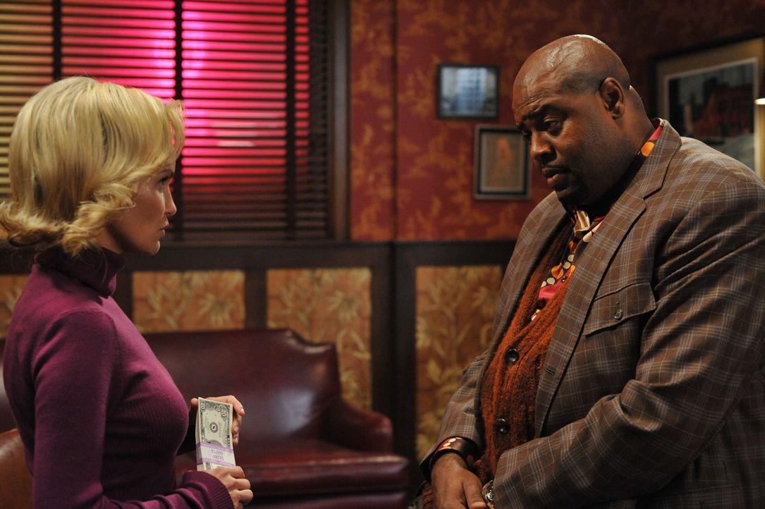 Für Geld tun sie fast alles: Olive (Kristin Chenoweth, l.) und Emerson (Chi McBride, r.) müssen den Mordfall an Nora McQuoddy aufklären ... - Bildquelle: Warner Brothers