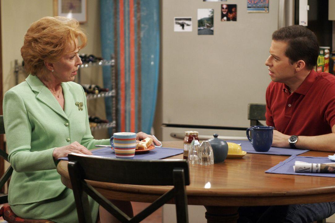 Da Alan (Jon Cryer, r.) in schlechter Erinnerung hat, wie seine Mutter (Holland Taylor, l.) ihn und seinen Bruder Charlie als Kinder behandelt hat,... - Bildquelle: Warner Bros. Television
