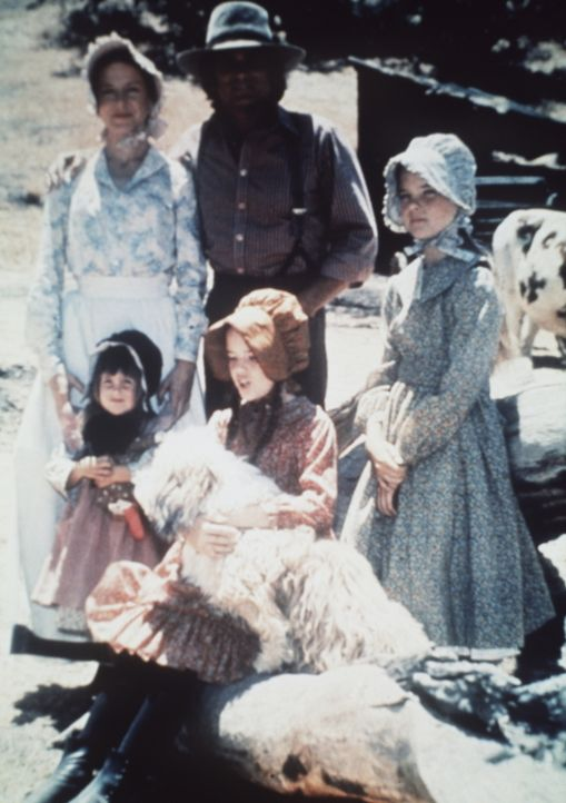 Die Eltern Caroline (Karen Grassle, hinten l.) und Charles Ingalls (Michael Landon, hinten M.) mit ihren Töchtern Mary (Melissa Sue Anderson, r.), L... - Bildquelle: Worldvision