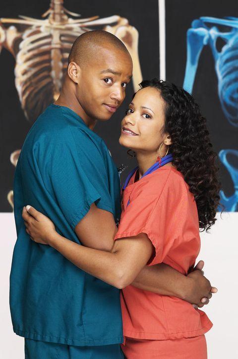 (2. Staffel) - Sind nicht nur Kollegen: Carla (Judy Reyes, r.) und Turk (Donald Faison, l.) ... - Bildquelle: Touchstone Television
