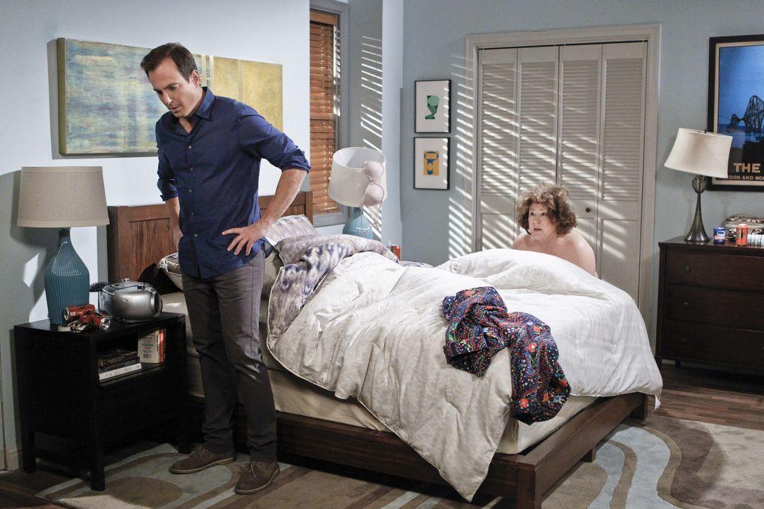 Nathan (Will Arnett, l.) kann nicht fassen, wie nah sich seine Mutter (Margo Martindale, r.) und sein Chef gekommen sind ... - Bildquelle: 2013 CBS Broadcasting, Inc. All Rights Reserved.