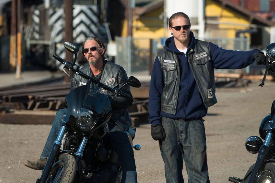 Kämpfen mit allen Mitteln um ihren Club: Chibs (Tommy Flanagan, l.) und Jax (Charlie Hunnam, r.) ... - Bildquelle: 2012 Twentieth Century Fox Film Corporation and Bluebush Productions, LLC. All rights reserved.