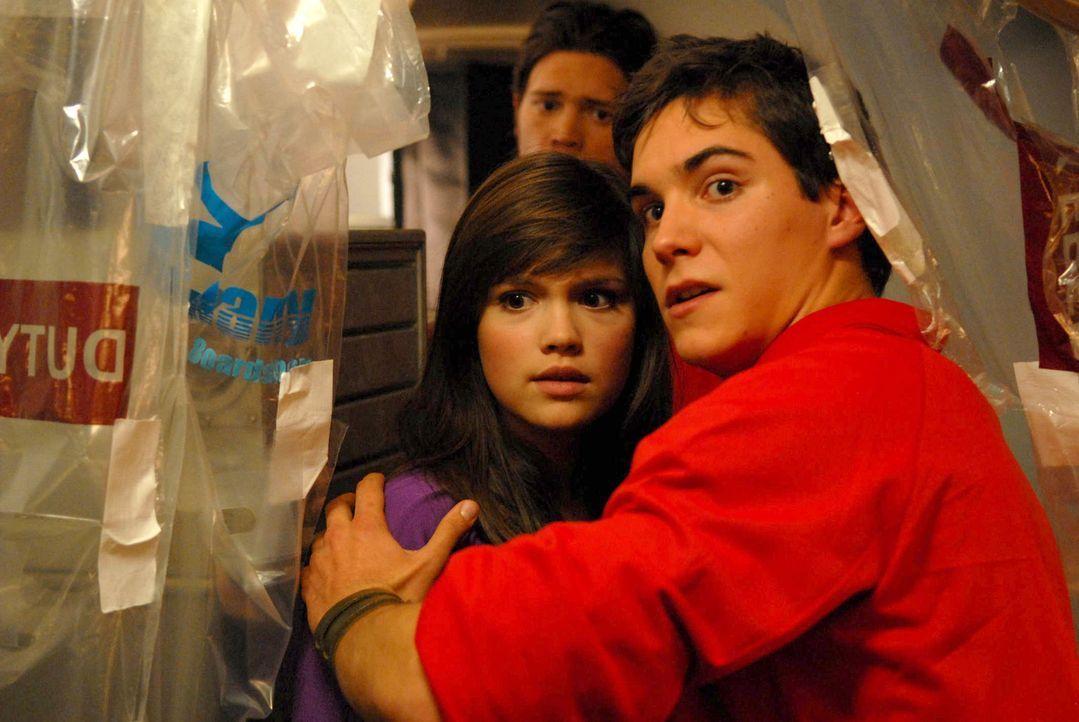 Es gelingt Frank (François Goeske, r.), Julia (Emilia Schüle, l.) in den Teil des Flugzeugs zu bringen, wo sich die Nichtinfizierten zurückgezogen h... - Bildquelle: Kerstin Stelter ProSieben