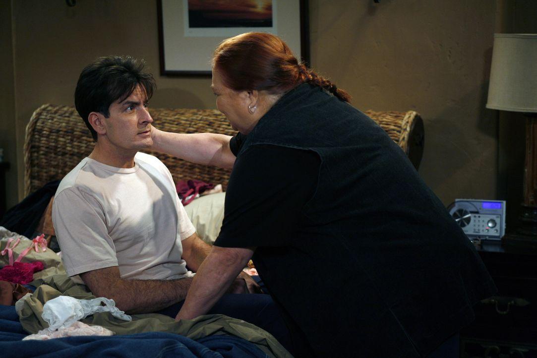Nicht nur Lydia stellt Charlie (Charlie Sheen, l.) vor die Wahl, sondern auch Berta (Conchata Ferrell, r.) ... - Bildquelle: Warner Brothers Entertainment Inc.