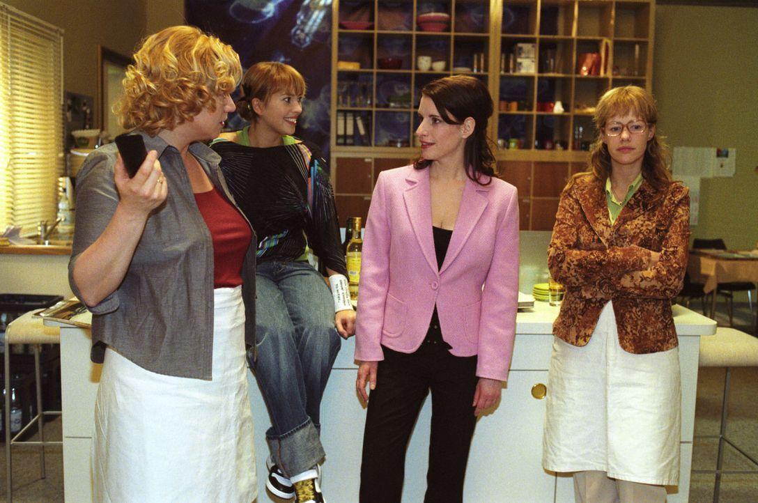 Lisas (Alexandra Neldel, r.) Kolleginnen Agnes (Susanne Szell l.), Hannah (Laura Osswald, 2.v.l.) und Inka (Stefanie Höner, 2.v.r.) rätseln, wer a... - Bildquelle: Sat.1
