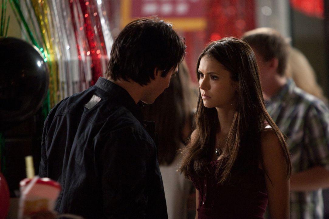 Schlechte Neuigkeiten: Damon (Ian Somerhalder, l.) überbringt Elana (Nina Dobrev, r.) Katherines Kampfansage und erzählt von Carolines Zustand... - Bildquelle: Warner Brothers