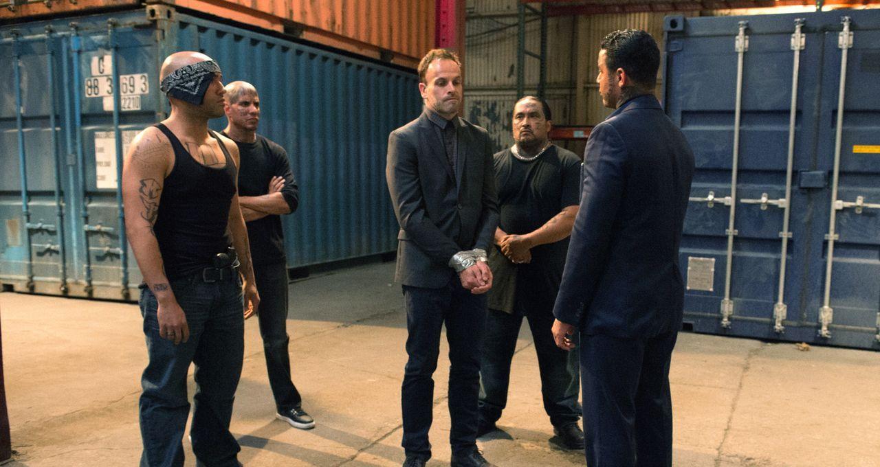 Sherlock (Jonny Lee Miller, M.) wird von El Halcoln (Jon Huertas, r.) und seiner gefährlichen Drogendealer-Bande gekidnapped und gezwungen herauszuf... - Bildquelle: Jeff Neira 2016 CBS Broadcasting, Inc. All Rights Reserved