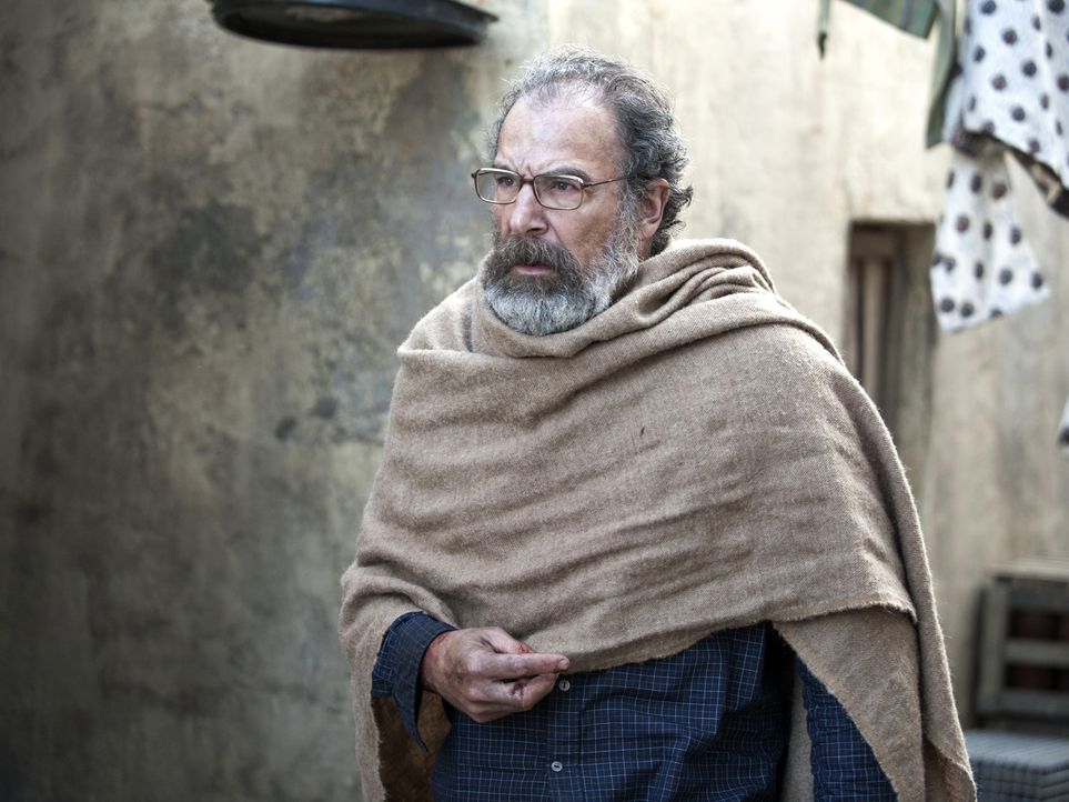 Saul (Mandy Patinkin) ist die Flucht gelungen - doch wird Carrie ihn retten können, bevor Haqqani und seine Männer in finden? - Bildquelle: 2014 Twentieth Century Fox Film Corporation