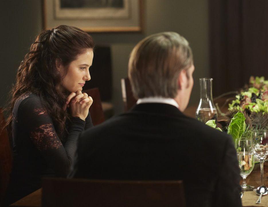 Dr. Hannibal Lecter (Mads Mikkelsen, r.) kredenzt Dr. Alana Bloom (Caroline Dhavernas, l.) ein ganz besonderes Menü ... - Bildquelle: 2012 NBC Universal Media, LLC