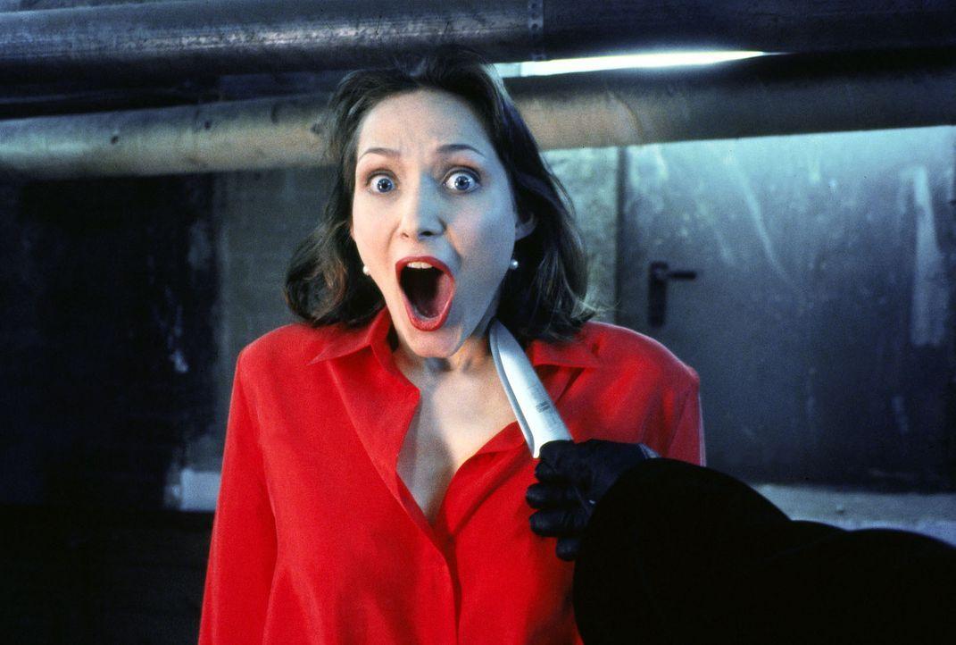 Hausbewohnerin Sabine Martin (Ina Rudolph) schaut dem Tod ins Gesicht - der Maskenmann hat ihr im Waschkeller aufgelauert. - Bildquelle: Sat.1