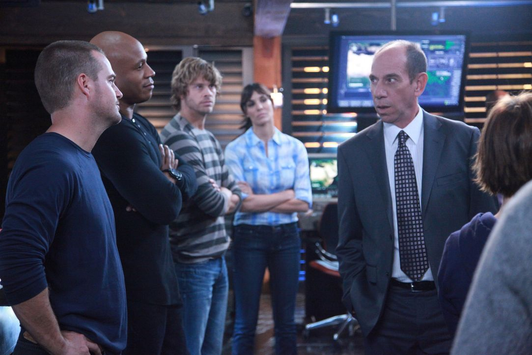 Das Team ist skeptisch, was die Absichten des neuen stellvertretenden Chefs der Los Angeles Abteilung, Owen Granger (Miguel Ferrer, r.), sind: Calle... - Bildquelle: CBS Studios Inc. All Rights Reserved.