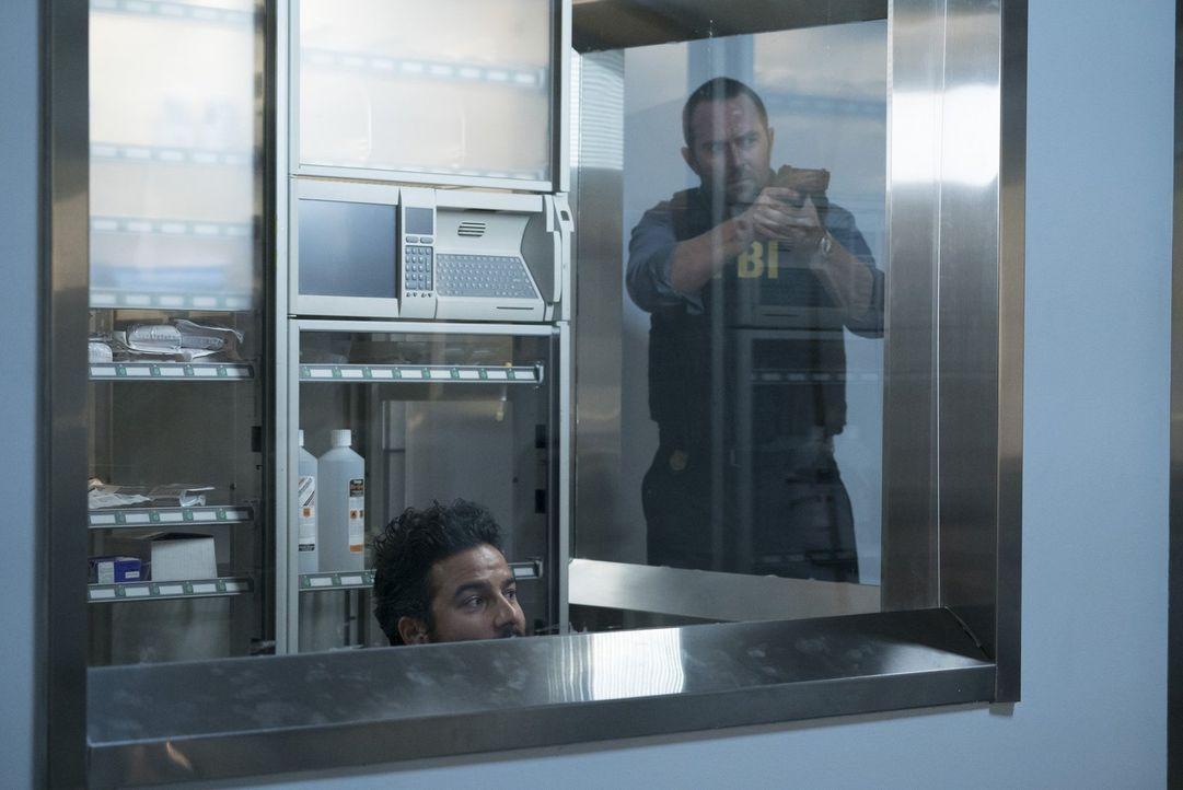 Angeblich ist Rich Dotcom (Ennis Esmer, l.) ein mysteriöser Killer auf den Fersen, der, wie Weller (Sullivan Stapleton, r.) schon bald leibhaftig er... - Bildquelle: Warner Brothers