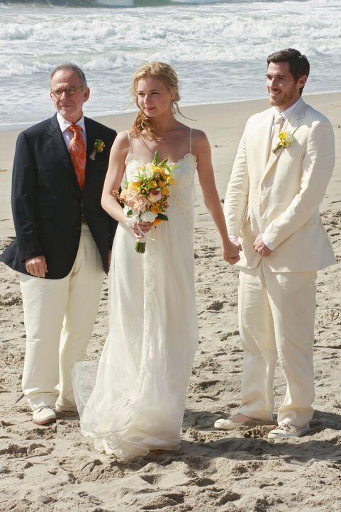 Saul (Ron Rifkin, l.) freut sich sehr für Justin (Dave Annable, r.) und Rebecca (Emily VanCamp, M.), die sich am Strand von Malibu das Ja-Wort geben... - Bildquelle: 2009 American Broadcasting Companies, Inc. All rights reserved.