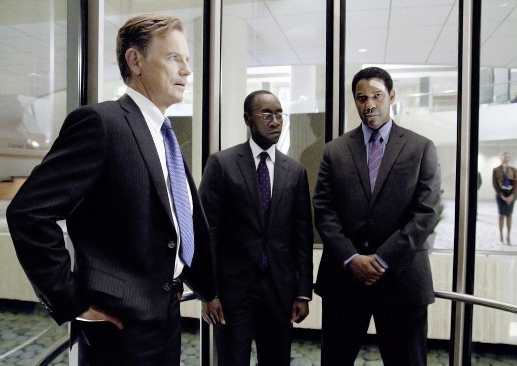 Charlie Anderson (Bruce Greenwood, l.)  von der Pilotengewerkschaft, Anwalt Hugh Lang (Don Cheadle, M.) und Whip (Denzel Washington, r.) vor der all... - Bildquelle: Robert Zuckerman 2012 PARAMOUNT PICTURES. ALL RIGHTS RESERVED.