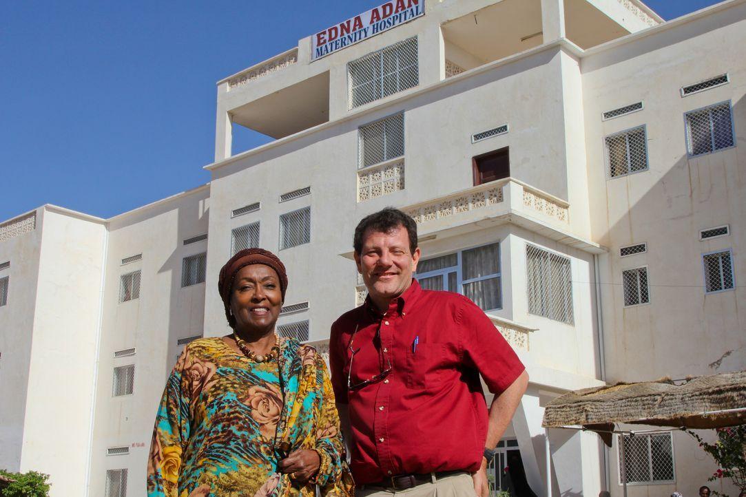 Nicholas Kristof (r.) trifft in Somalia auf Edna Adan (l.), Gesundheitsspezialistin und Pionierin im Kampf gegen Genitalverstümmelung. - Bildquelle: Fremantle