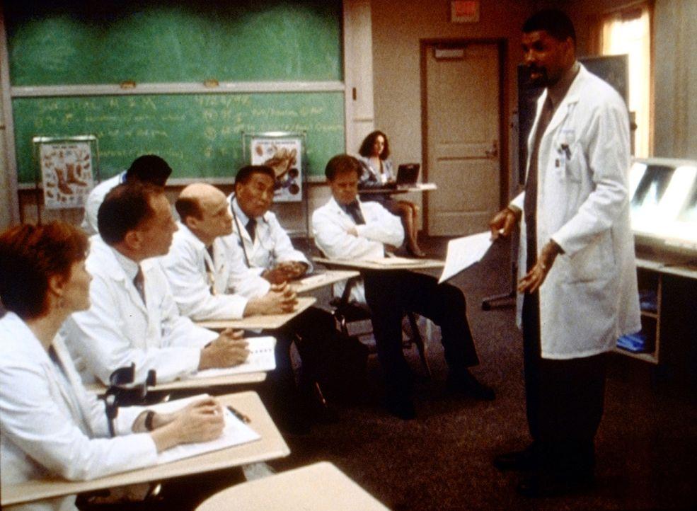 Ein Komitee suspendiert Dr. Benton (Eriq La Salle, r.), der den Chefarzt Dr. Morgenstern (William H. Macy, 2.v.r.) bei einer Operation beiseite gest... - Bildquelle: TM+  2000 WARNER BROS.
