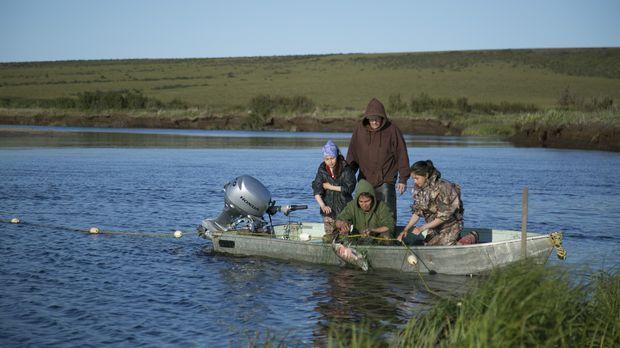 Chip (hinten) Agnes (vorne) und ihre beiden Mädchen gehen gemeinsam fischen ....