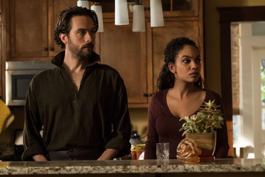 Noch glauben Crane (Tom Mison, l.) und Jenny (Lyndie Greenwood, r.), dass es Abbie besser geht, ahnen aber auch, dass sie etwas vor ihnen versteckt... - Bildquelle: 2015-2016 Fox and its related entities.  All rights reserved.