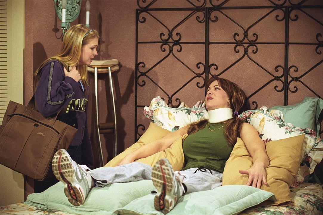 Nach dem Auffahrunfall leidet plötzlich Mary Jo Ponder (Joanie Laurer, r.) unter schweren Verletzungen. Daraufhin besucht Sabrina (Melissa Joan Har... - Bildquelle: Paramount Pictures