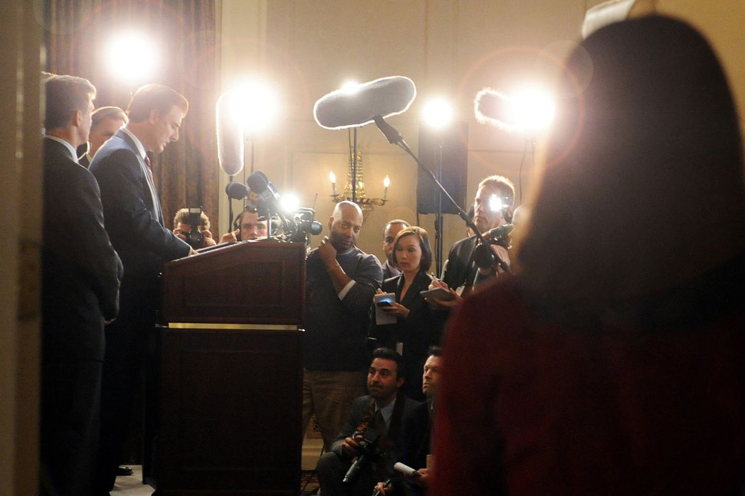 Während Peter (Chris Noth, l.M.) eine neue politische Karriere in Angriff nimmt, entscheidet sich Alicia (Julianna Margulies, r.) gegen das Rampenl... - Bildquelle: CBS Studios Inc. All Rights Reserved.