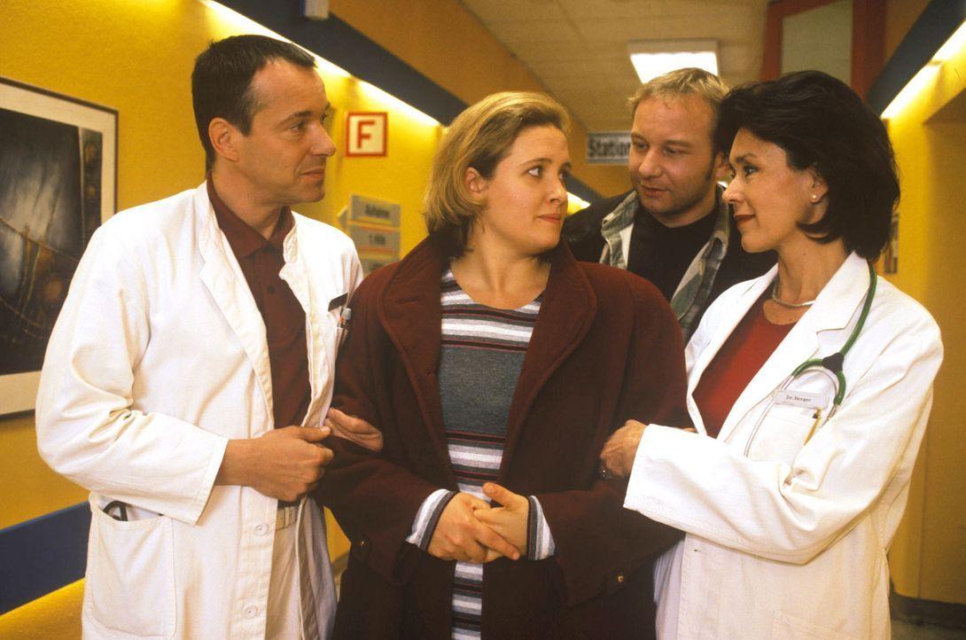 Dr. Stein (Christoph Schobesberger, l.) und Dr. Berger (Constanze Roeder, r.) nehmen Frau Bach (Nana Spier, M.) erleichtert in der Klinik in Empfang... - Bildquelle: Noreen Flynn Sat.1