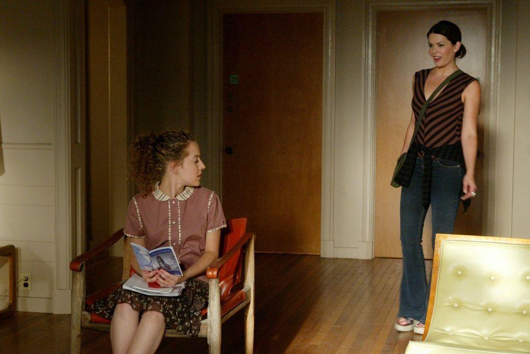 Lorelai (Lauren Graham, r.) und Rory sind mehr als erstaunt, als sie auch Rorys neue Mitbewohnerin Tana (Olivia Hack, l.) treffen. Doch dann taucht... - Bildquelle: 2003 Warner Bros.