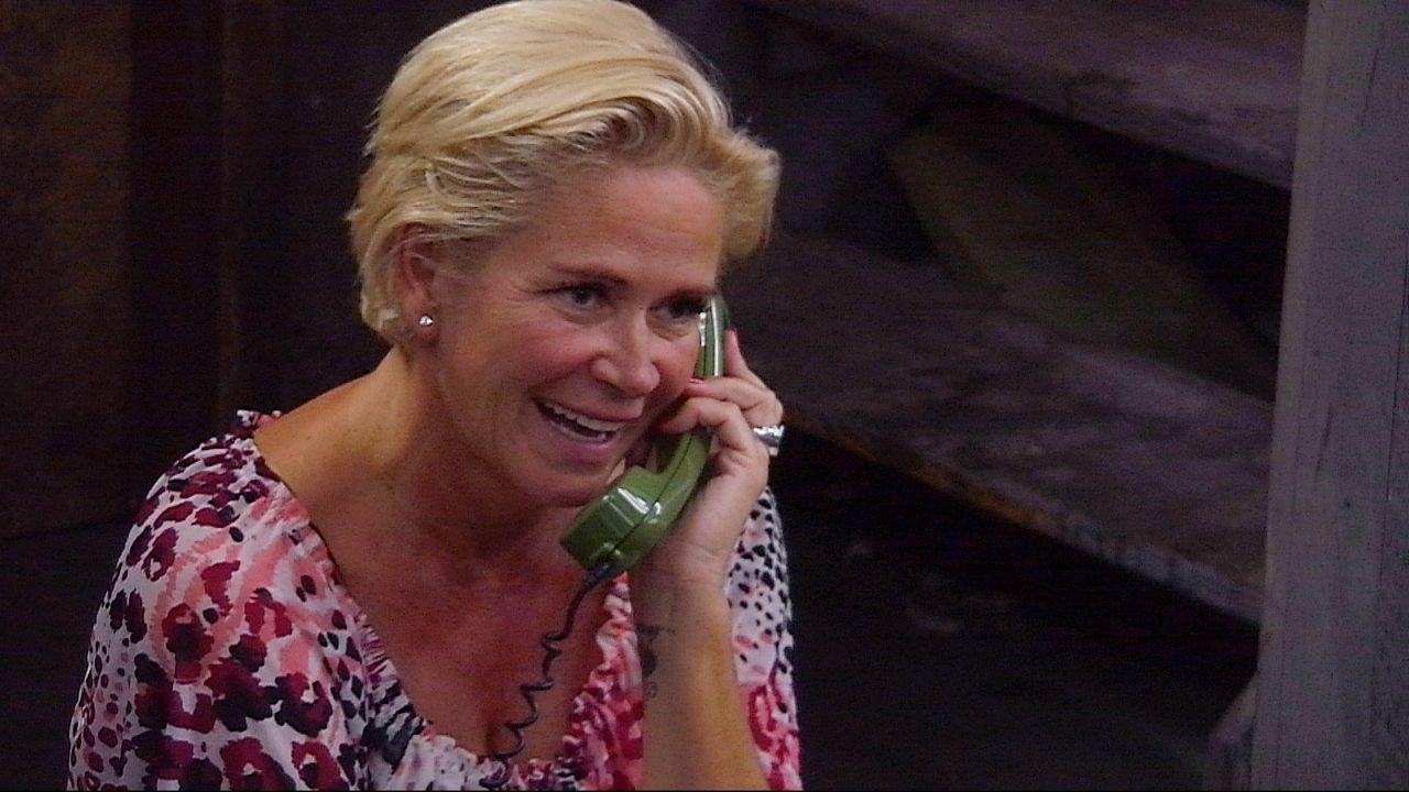 Claudia telefoniert