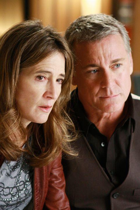 Die beiden Plattenproduzenten Ian (Robert Curtis Brown, r.) und Bree (Anne Ramsay, l.) sind sehr bestürzt als sie vom Mord an der Sängerin Hayley Bl... - Bildquelle: ABC Studios