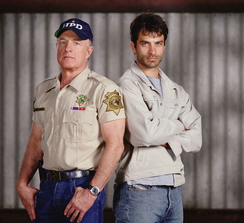 Daniel (Johnathan Schaech, r.) bittet den Sheriff (James Caan, l.) um Hilfe, doch der reagiert anfangs sehr abweisend und kühl ... - Bildquelle: Sony Pictures Television International. All Rights Reserved.