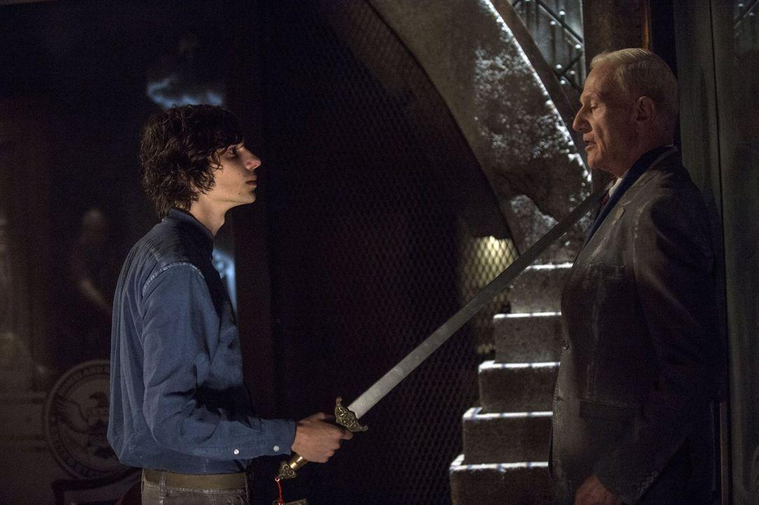 Jasper (Devon Bostick, l.) macht sich auf, Präsident Wallace (Raymond J. Barry, r.) aufzusuchen, um endlich zu erfahren, wo Monty und Harper sind ... - Bildquelle: 2014 Warner Brothers