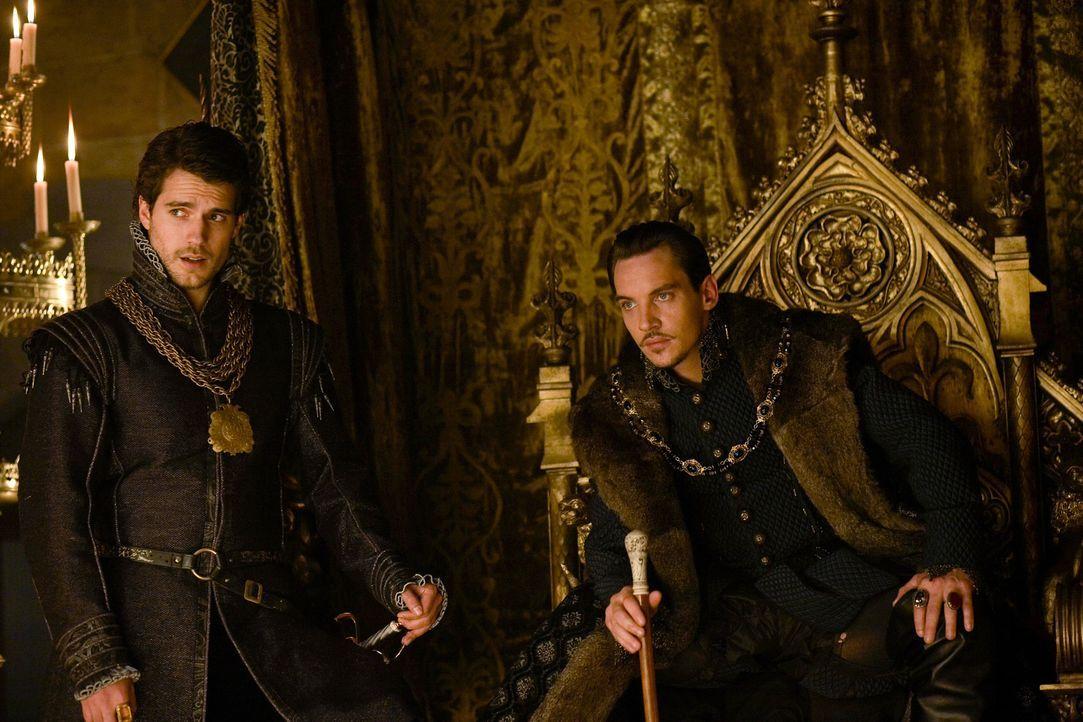 Der Palast steht vor einer großen Veränderungen, denn König Henry (Jonathan Rhys Meyers, r.) wird nicht warm mit seiner neuen Königin. Diese Lage nu... - Bildquelle: 2009 TM Productions Limited/PA Tudors Inc. An Ireland-Canada Co-Production. All Rights Reserved.