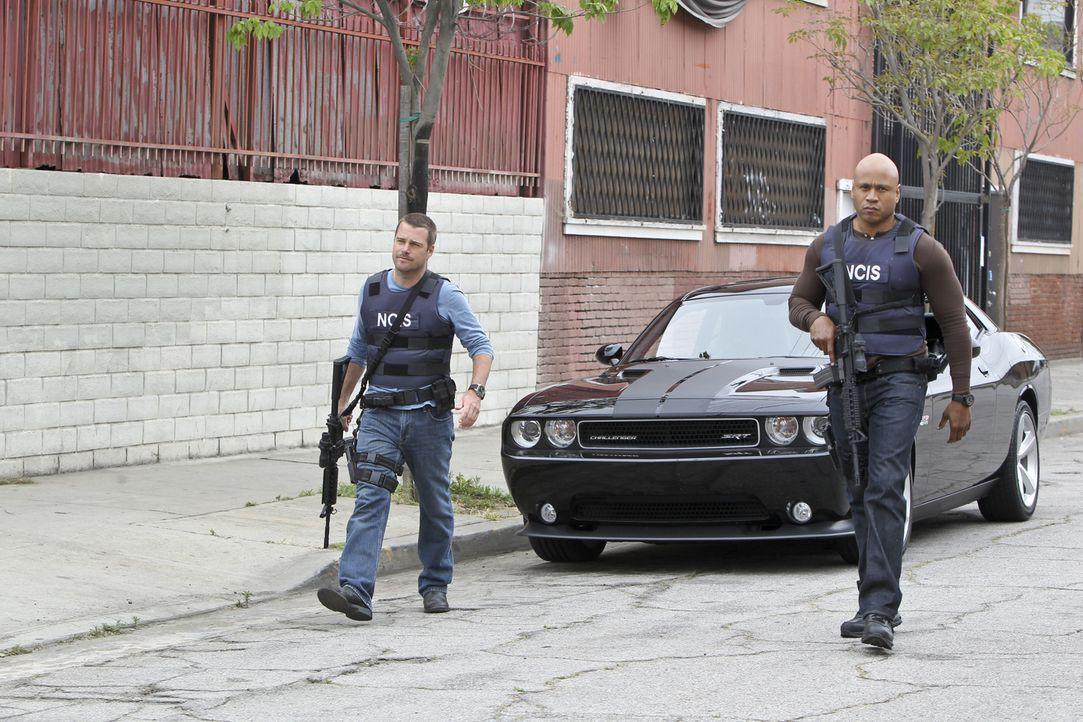 Untersuchen einen neuen Fall: Callen (Chris O'Donnell, l.) und Sam (LL Cool J, r.) ... - Bildquelle: CBS Studios Inc. All Rights Reserved.