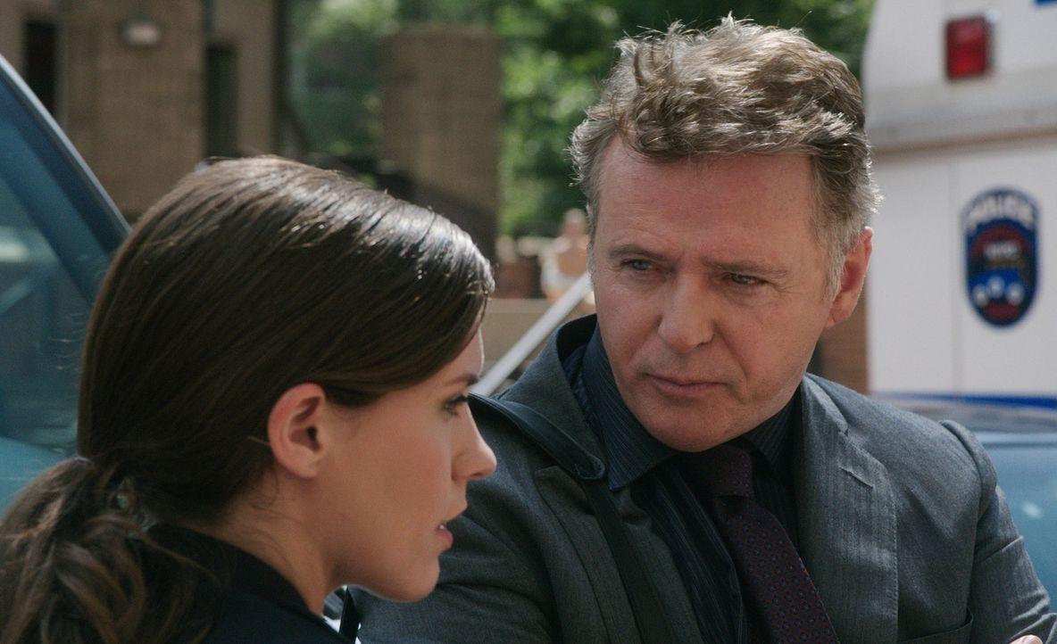 Nachdem Gregson (Aidan Quinn, r.) einen seiner Kollegen schlägt, hängt seine Karriere am seidenen Faden ... - Bildquelle: CBS Television