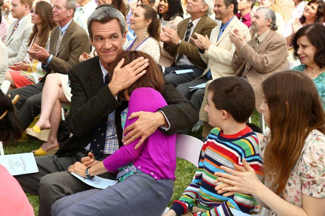 Axls Abschlusszeremonie: Die Geschwister Brick (Atticus Shaffer, 2.v.r.) und Sue (Eden Sher, r.) sowie Vater Mike (Neil Flynn, l.) unterstützen ihre... - Bildquelle: Warner Brothers