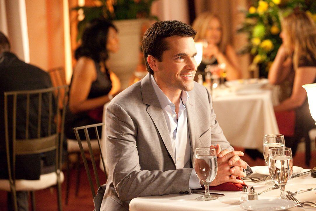 Grayson (Jackson Hurst) arbeitet mit Jane an einem neuen Fall - dabei kommen sie sich ungewöhnlich nahe ... - Bildquelle: 2009 Sony Pictures Television Inc. All Rights Reserved.