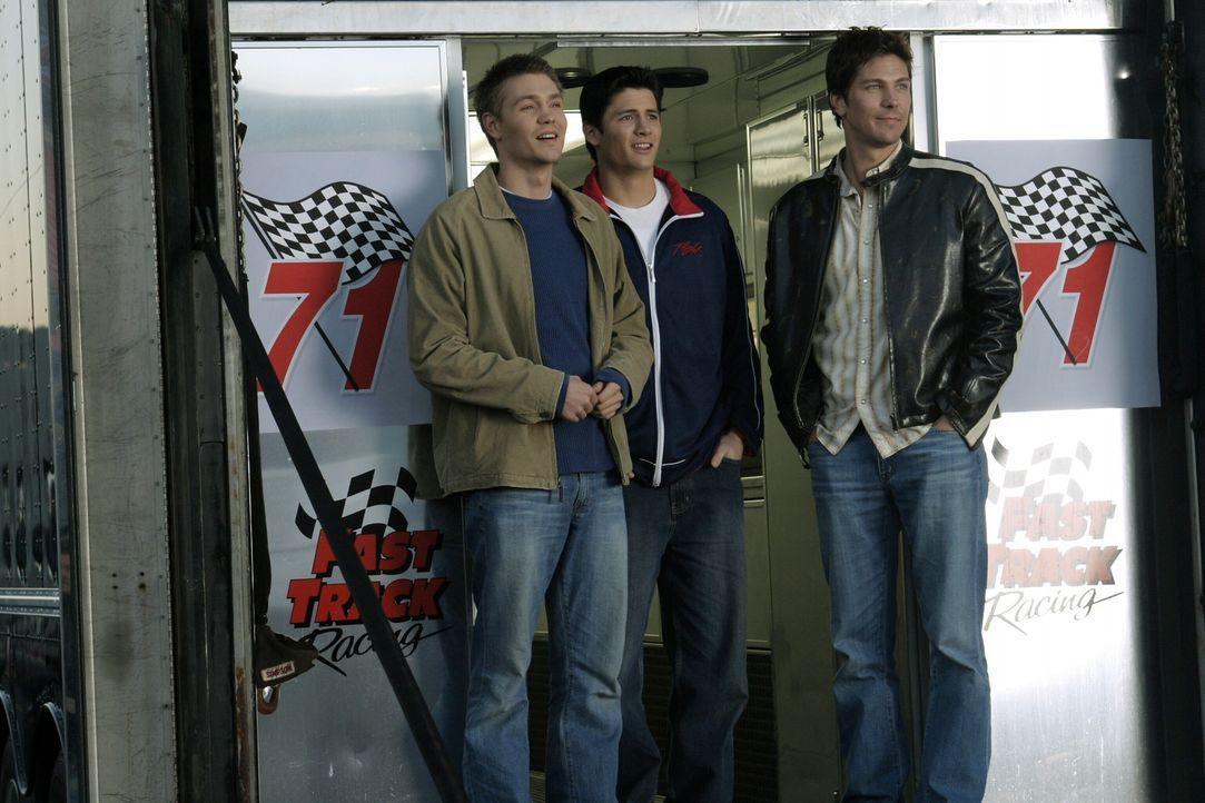 Abwechslung tut gut: Coop (Michael Trucco, r.), Nathan (James Lafferty, M.) und Lucas (Chad Michael Murray, l.) besuchen eine Rennbahn ... - Bildquelle: Warner Bros. Pictures