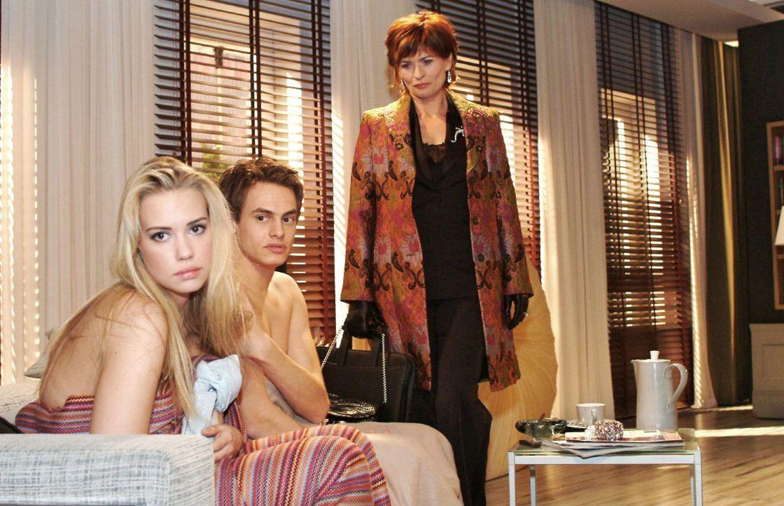 Kim (Lara-Isabelle Rentinck, l.) ist es sehr unangenehm, dass Alexander (Shai Hoffmann, M.) vor Sophie (Gabrielle Scharnitzky, r.) so offen über den... - Bildquelle: Monika Schürle Sat.1