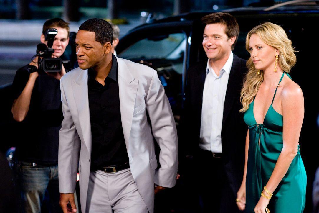 Während der PR-Berater Ray Embrey (Jason Bateman, 2.v.r.) alles versucht, um das Image des Superhelden Hancock (Will Smith, 2.v.l.) positiv zu beset... - Bildquelle: Sony Pictures