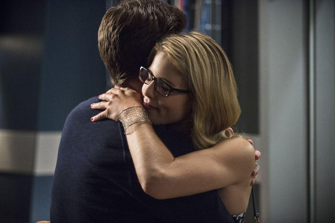 Verstehen sich sehr gut: Felicity (Emily Bett Rickards, r.) und Barry (Grant Gustin, l.) ... - Bildquelle: Warner Brothers.
