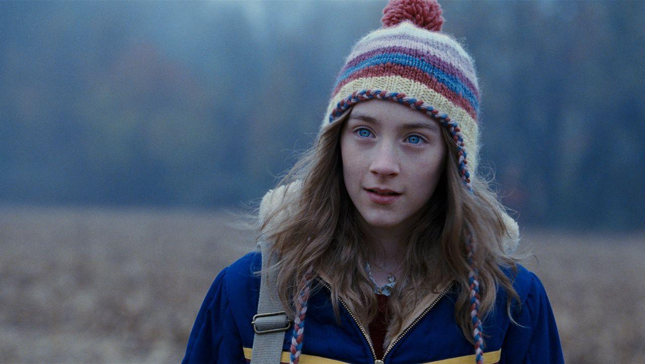 Auf dem Heimweg von der Schule, noch schwelgend in der Vorfreude auf ihr erstes Date, gerät Susie Salmon (Saoirse Ronan) an einen Serienkiller, der... - Bildquelle: 2009 DW Studios L.L.C. All Rights Reserved.