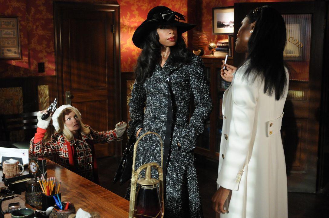 Als Emersons Ex Lila (Gina Torres, M.) und seine neue Gefährtin Simone (Christine Adams, r.) aufeinandertreffen, bleibt Olive (Kristin Chenoweth, l... - Bildquelle: Warner Brothers