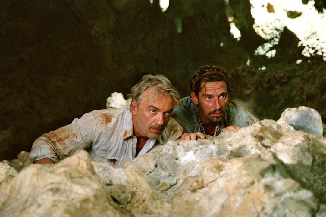 Auf der Suche nach einem Gegengift für Max stoßen Christian (Christoph M. Ohrt, l.) und Flynn (Max Tidof, r.) auf den Piraten Marcos und seine Ban... - Bildquelle: Walter Bailey Sat.1