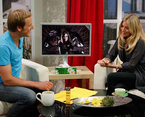 Sienna Miller im Interview mit Moderator Jan Hahn. - Bildquelle: Ingo Gaus - Sat 1